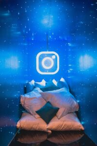 Des oreillets dans une pièce bleu avec le logo d'instagram